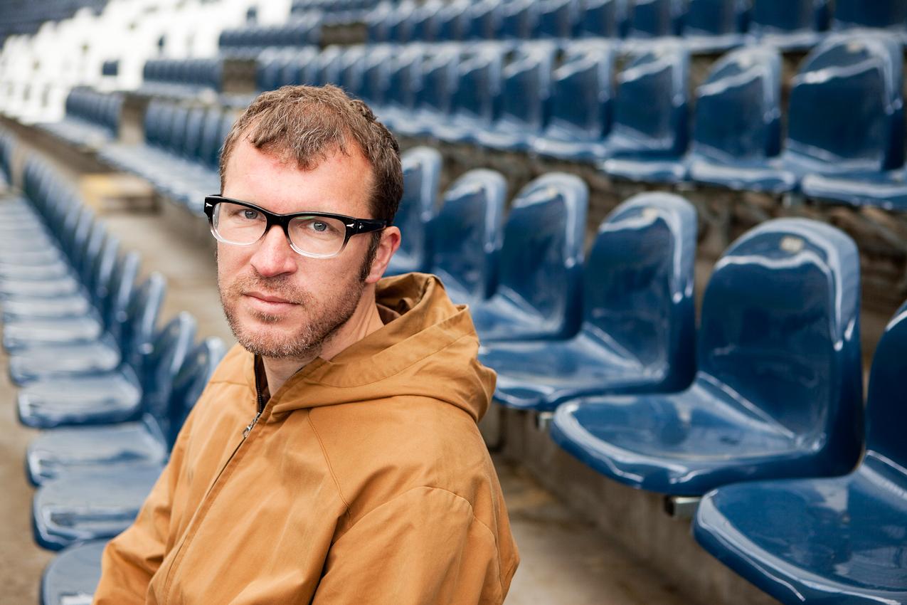 Der Schriftsteller Andreas Maier auf seinem Tribuenenstammplatz in der Commerzbank-Arena in Frankfurt am Main, von dem aus er alle Spiele der Eintracht Frankfurt verfolgt.