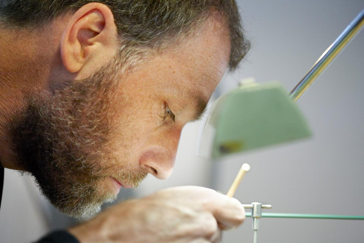 """Der 45-jährige Uhrmacher Volker Vyskocil in seiner Werkstatt in Nettetal-Kaldenkirchen. Er fertigt fast alle Teile seiner Uhren selbst. Hier stellt er um 11:22 Uhr an der Drehbank den """"Kleinbodentrieb"""" her."""