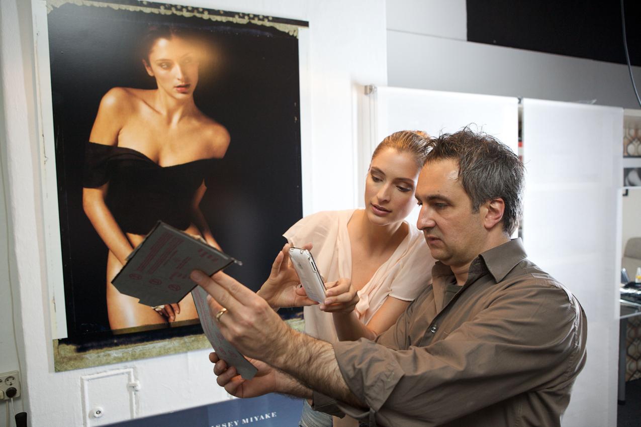Julia und Ergin schauen sich das Pola an. Das Foto im Hintergrund ist eine von Ergins Arbeiten