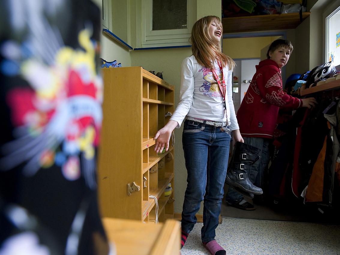 """Ganz bei sich sein: Mit dem Schulranzen fällt auch die Last des Schulalltags von Lisa ab. Chris braucht dagegen einige Minuten, um im Hort anzukommen, wo zuerste ein Mittagessen auf die Kinder wartet - zum halben Preis wie in der Schulmensa. Der Hort, Dieselstraße 1, in Herford besteht seit 1989  als sozialpädagogische Tageseinrichtung fur Grundschulkinder. 2007 wurde er im Rahmen der Kampagne """"Deutschland Land der Ideen"""" vom Bundespräsidenten zu einem von 365 """"ausgewählten Orten. Bis 2008 unterlag der Hort dem Gesetz uber ,,Tagesstätten fur Kinder"""" (GTK), im seitdem in Nordrhein-Westfalen geltenden Kinderbildungsgesetzt sind Horte nicht mehr als Regeleinrichtungen erwähnt. Kommunale Sparzwänge bedrohen die Qualität der Arbeit des vom lokalen Verein fur soziale Arbeit und Beratung getragenen Hortes zusätzlich."""