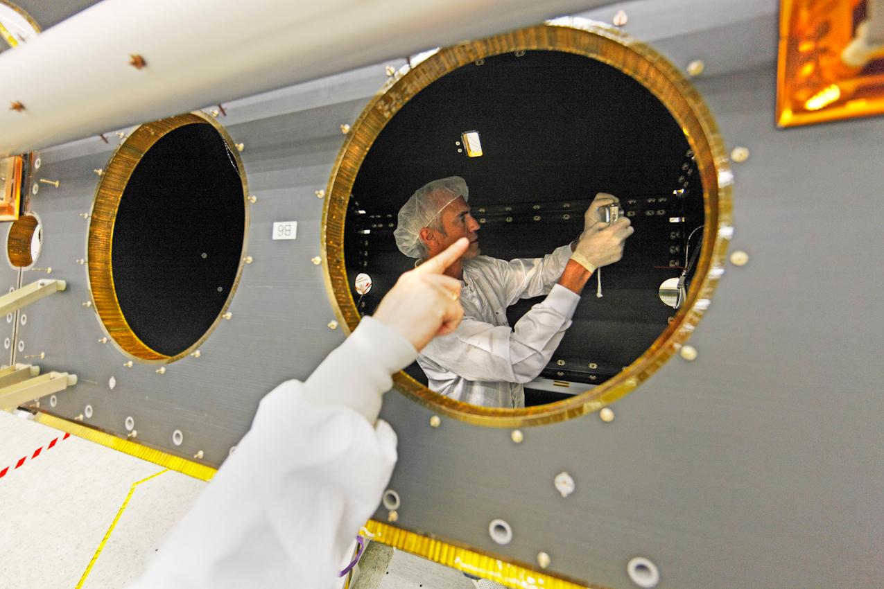 Bau eines Erdbeobachtungssatelliten bei Astrium in Immenstaad bei Friedrichshafen, Arbeiten im Reinraum: Bau eines Radarsatelliten aus der TerraSAR-Familie, Dokumention eines Bauteils mit der Digitalkamera,