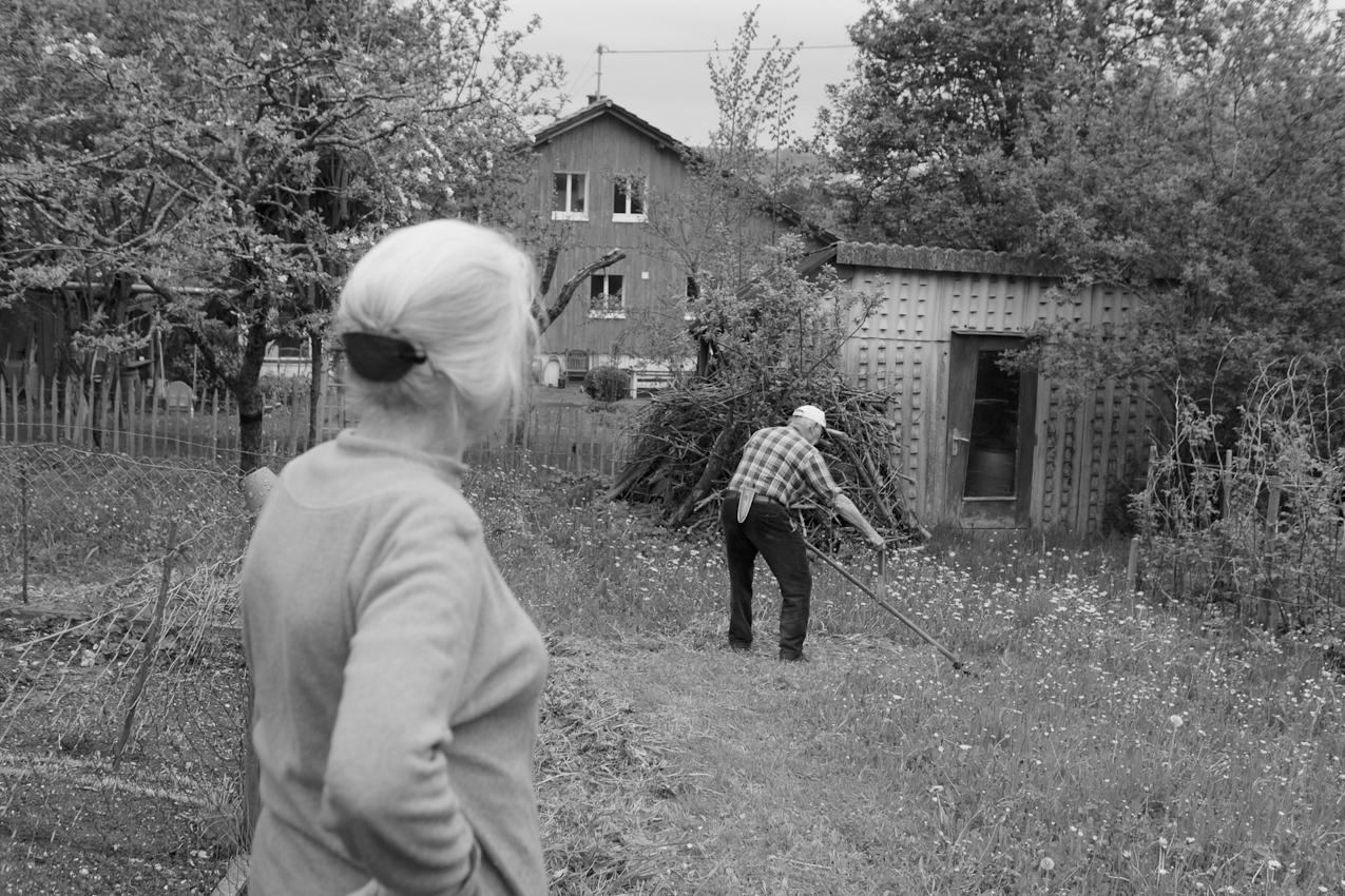 Mein Elternhaus: Hedwig und Ernst Blickle, 79 Jahre leben in Oberschwaben, verheiratet seit 1955: 4 Kinder. Arbeit am Nachmittag, den Garten im Frühling bestellen. Gras mähen und die Beete richten. Mein Vater mäht bis heute noch den ganzen Garten mit der Sense.