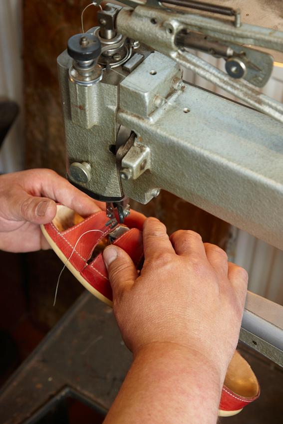 Die Naharbeiten an einer Damensandale sind Teil des Nachmittagsprogramms von Schuhmachergesellen Thorsten Voß (41) in Reinfeld.