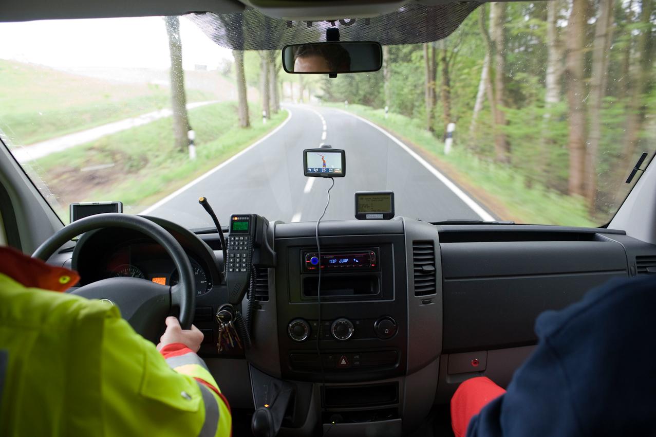 DRK-Rettungswagen auf der Kreisstrasse zwischen Osterode am Harz und Schwiegershausen im Notfalleinsatz nach Wulften.