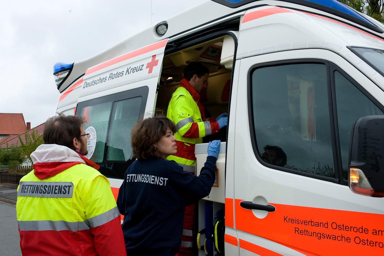 DRK-Rettungswagen im Notfalleinsatz in Wulften/Harz. Erstversorgung des Patienten vor Ort im Wagen.