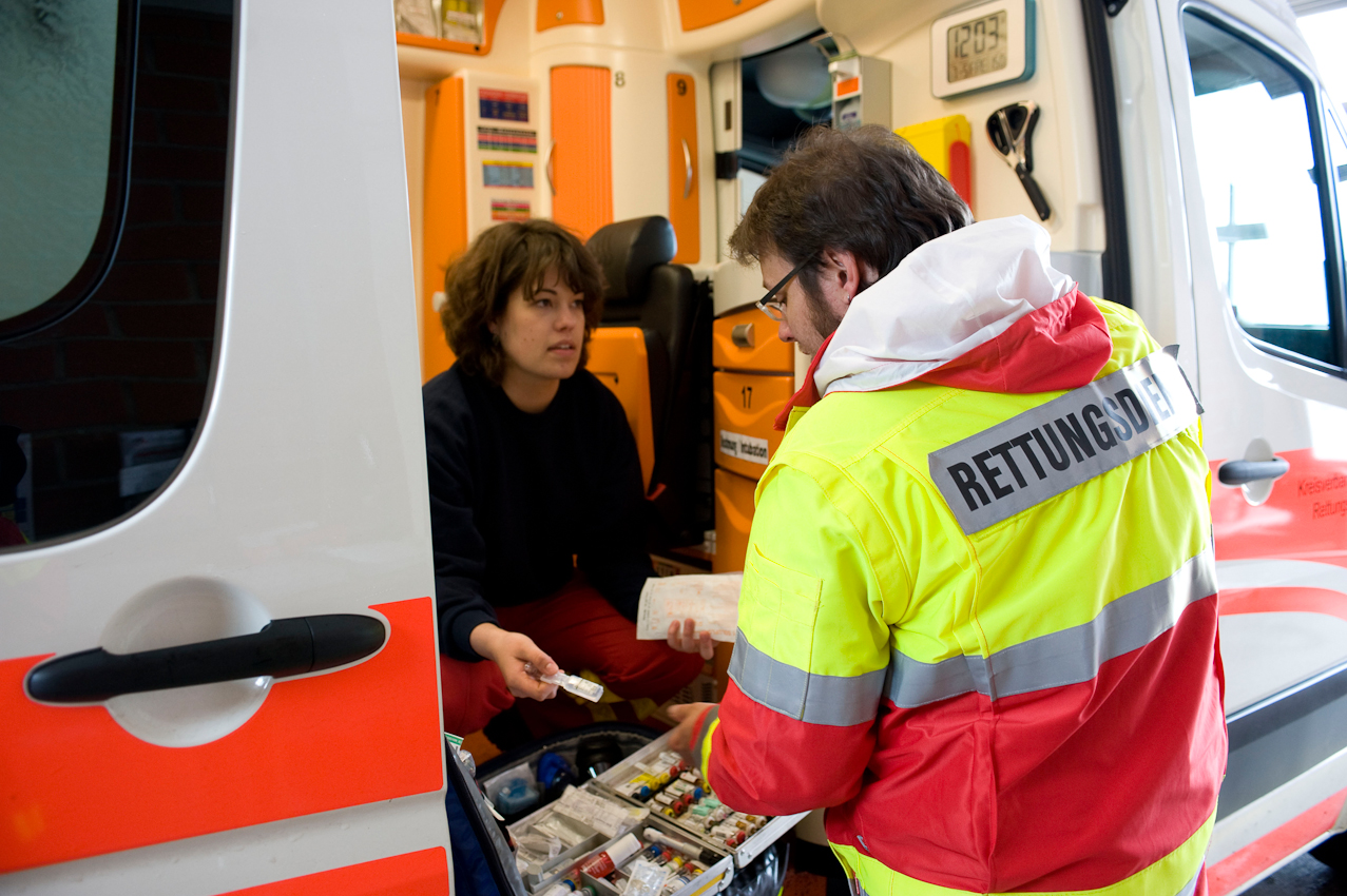 DRK-Rettungsdienst. Rettungswache Osterode/Lasfelde. Nach dem Einsatz werden die verbrauchten Materialien ersetzt.