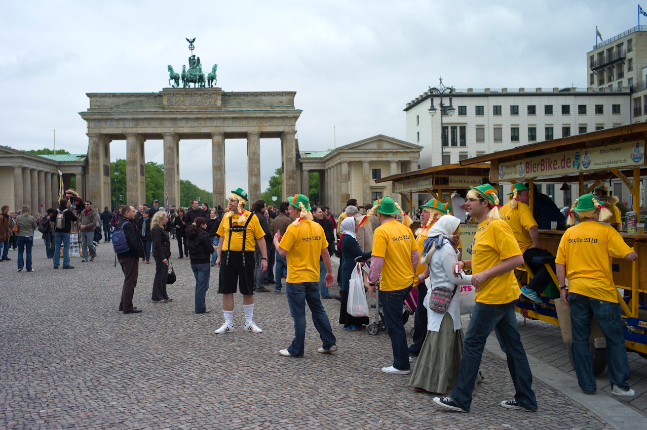 """Touristen in Berlin. Eine Gruppe Berlin besucher kommt gerade mit einem """"Bier Bike"""" ( Mit dem Bier Bike wird durch die Stadt gemeinsam durch die Stadt geradelt und Bier getrunken) am Brandenburger Tor an."""