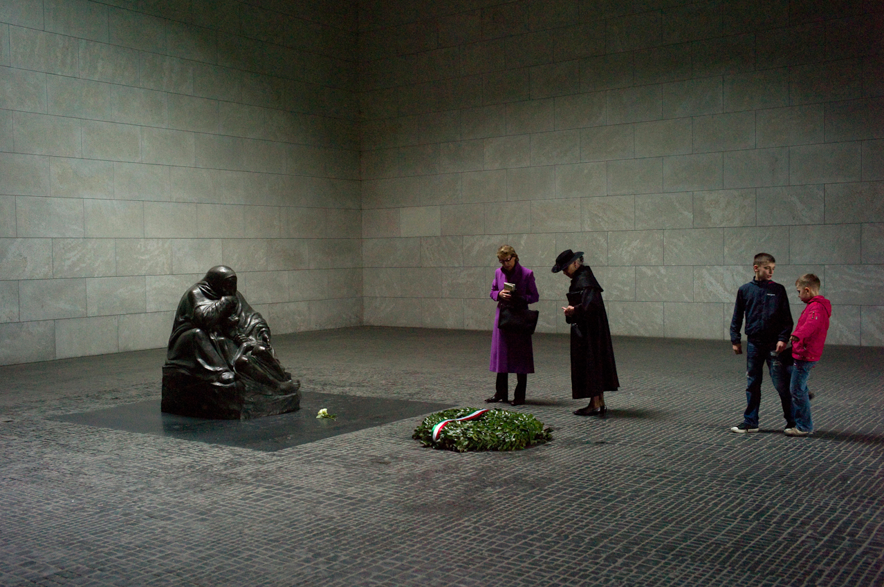 """Touristen in Berlin. Besucher in der Gedenkstaette """"Neue Wache"""", vor der Pieta von Kaethe Kollwitz."""