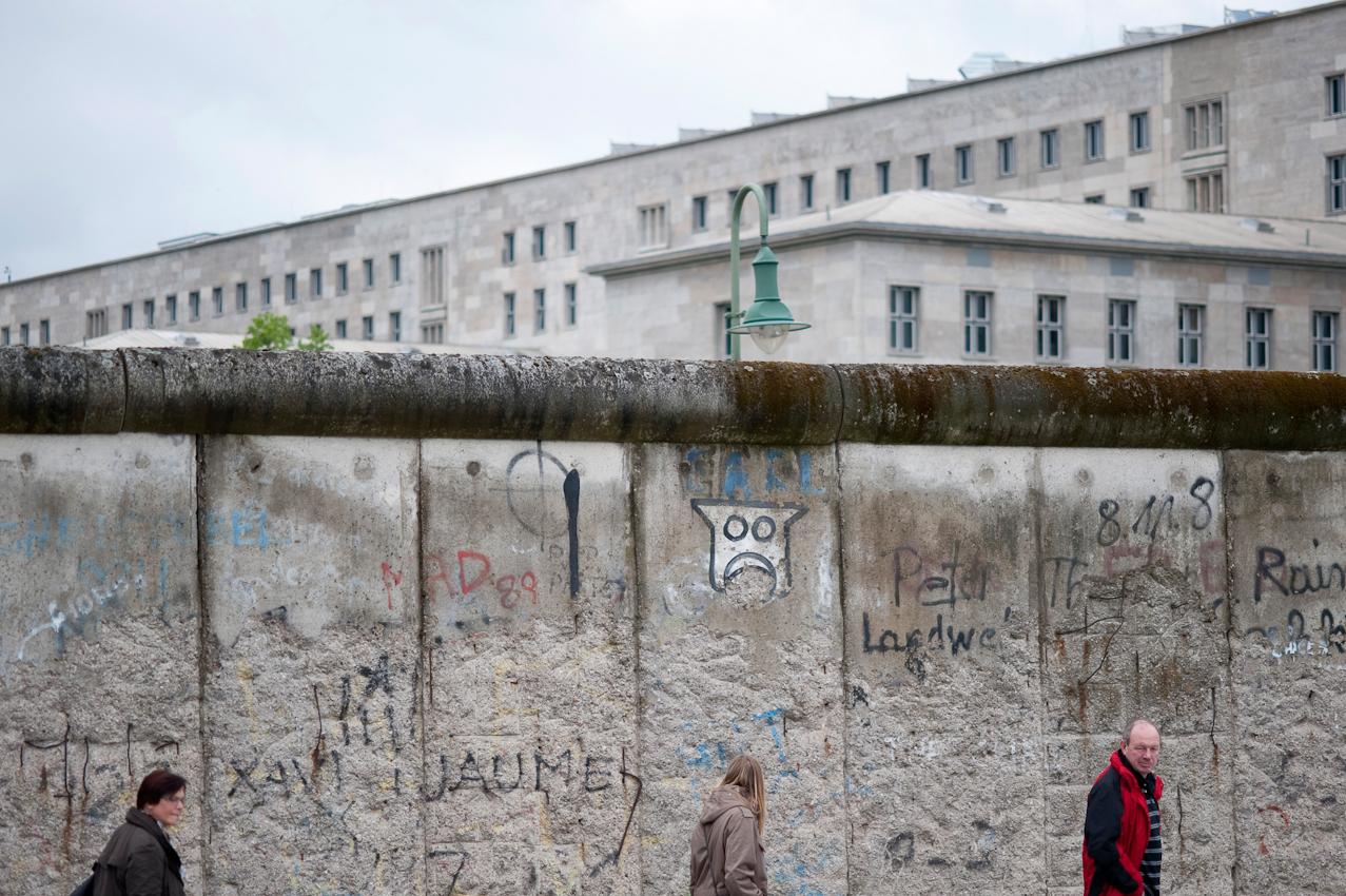 """Touristen in Berlin. Blick auf Reste der Mauer vom Gelaende des Dokumentationszentrums """"Topographie des Terrors""""."""