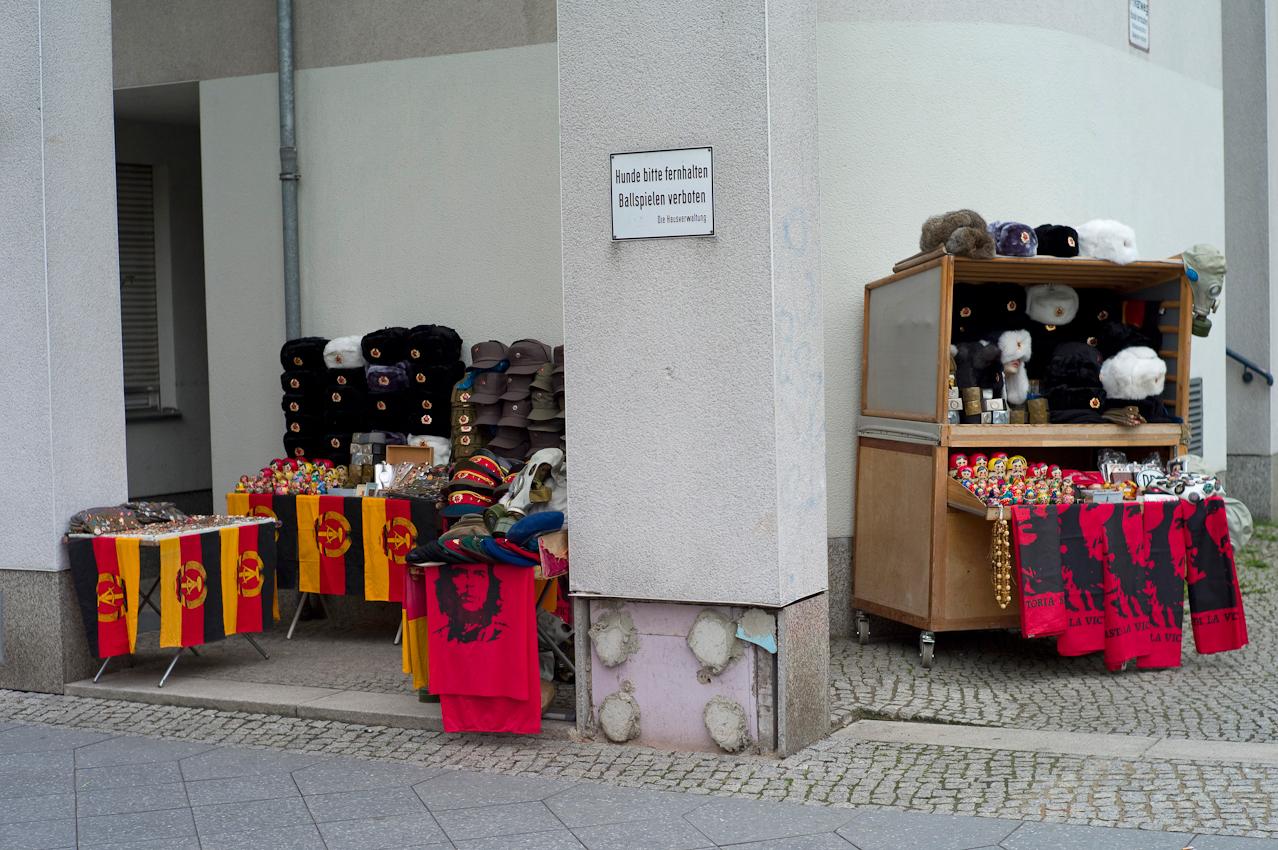 Touristen in Berlin. Verkaufsstand fuer Berlin Andenken in der Zimmerstrasse beim Checkpoint Charlie.