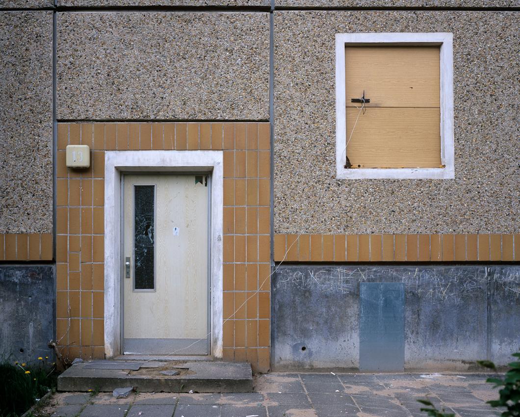 DEU, Deutschland, Germany, Hoyerswerda, Sachsen, 07.05.2010 Detail von einem Eingang eines Leerstehenden Plattenbau kurz vor dem Abriss im Wohnkomplex X in Hoyerswerda-Neustadt. Aus der Serie ' Hoyerswerda - Die Schrumpfende Stadt '. Hoyerswerda-Neustadt mit seinen zehn Wohnkomplexen WK I-X war einst die sozialistische Vorzeigemetropole der DDR. Gekennzeichnet durch die in industrieller Bauweise gefertigten gleichfoermigen Plattenbauten galt es als Modell fuer eine funktionale Stadt der Moderne. Gut Zwanzig Jahre nach dem Mauerfall, ist Hoyerswerda die am staerksten schrumpfende Stadt in Deutschland.