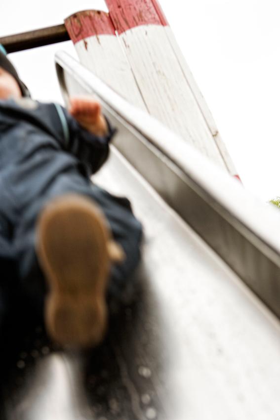Beobachtung der Erkundung des maritimen Kinderspielplatz im Stadtpark Hamburg/Winterhude durch ein Kleinkind. Das Kleinkind 'Ben' rutscht eine Rutsche runter. Die Aufnahme wurde am 7.5.2010 um 16:07h gemacht.