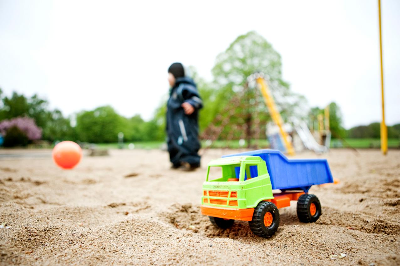 Beobachtung der Erkundung des maritimen Kinderspielplatz im Stadtpark Hamburg/Winterhude durch ein Kleinkind. Das Kleinkind 'Ben' läuft durch den Sand, dabei sind seine Spielsachen zu sehen. Die Aufnahme wurde am 7.5.2010 um 16:34h gemacht.