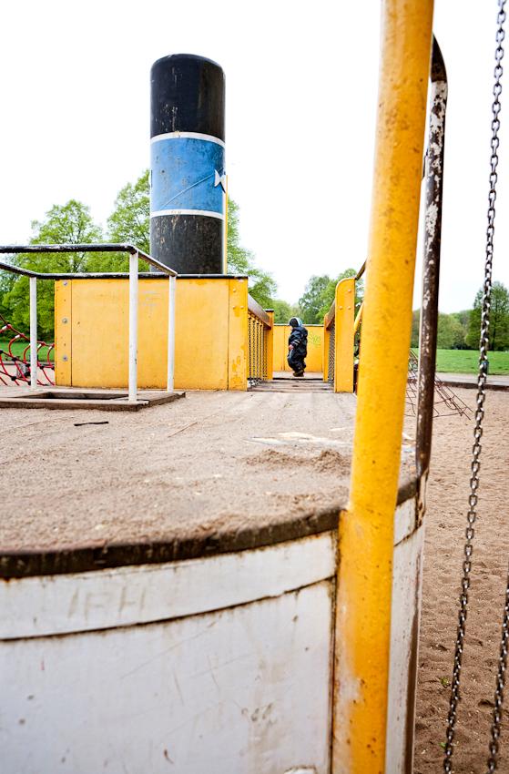 Beobachtung der Erkundung des maritimen Kinderspielplatz im Stadtpark Hamburg/Winterhude durch ein Kleinkind. Das Kleinkind 'Ben' lauft uber das Deck eines Spielgerust in Form eines Bootes. Die Aufnahme wurde am 7.5.2010 um 16:00h gemacht.