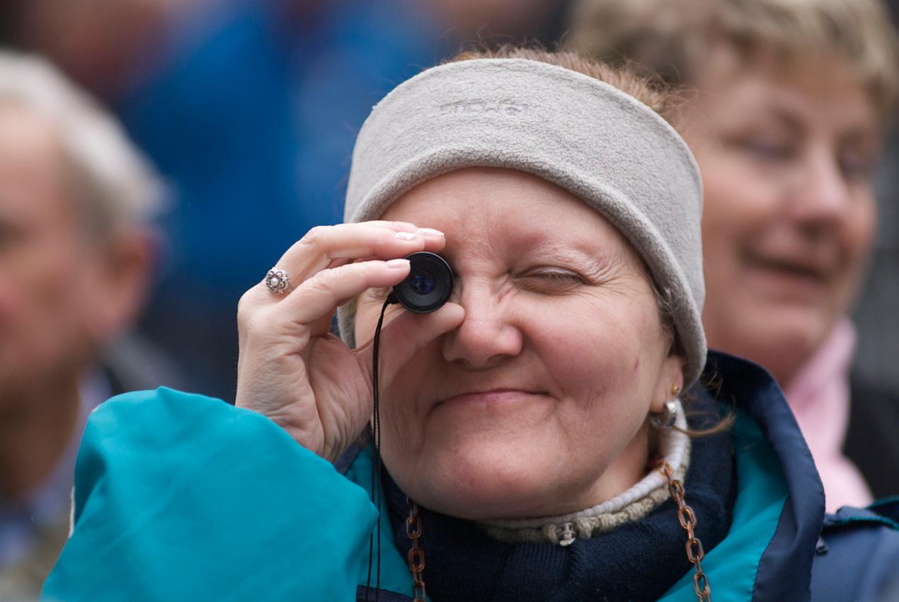 Zwei Tage vor der Landtagswahl in Nordrhein-Westfalen. Diese CDU-Wählerin wagt einen Blick auf das Wahlresultat am 09.Mai in Düsseldorf.