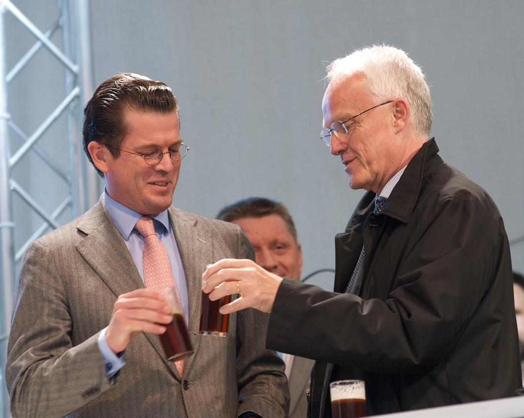 Bundesverteidigungsminister Karl-Theodor zu Guttenberg und Ministerpräsident Jürgen Rüttgers prosten sich zu: mit einem Altbier der Hausbrauerei ''Uerige'' auf einen Wahlsieg am 09.Mai. Im Hintergrund Hermann Groehe; Generalsekretär der CDU.