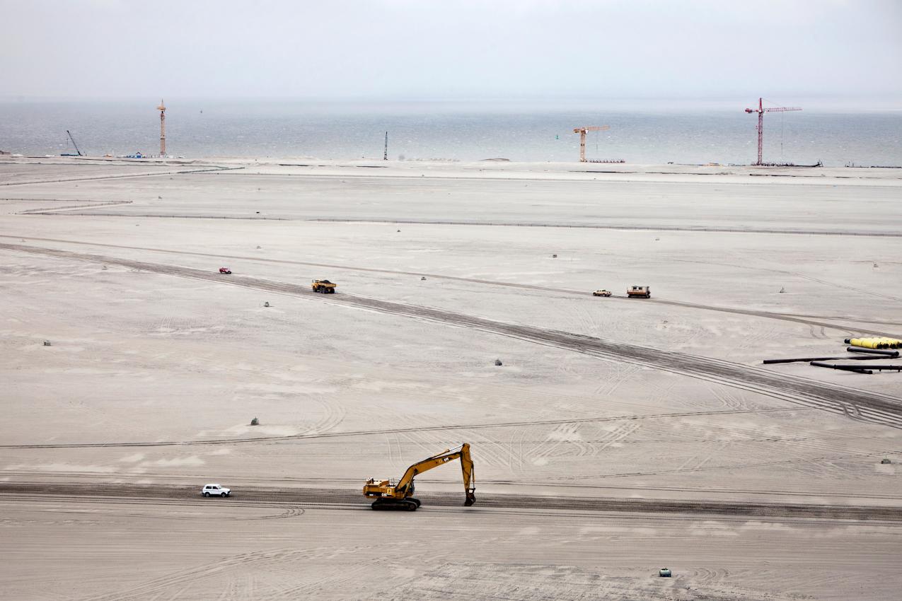 Wilhelmshaven, Niedersachsen, DEU, 07.05.2010, Wie eine Sandwueste sieht die mit Nordseesand aufgespuelte Flache des JadeWeserPort aus. 40 Millionen Kubikmeter Sand mussten fuer die 360 Haktar grosse Flaeche bewegt werden. In Wilhelmshaven entsteht mit dem JadeWeserPort Deutschlands einziger und von der Tide unabhaengiger Tiefwasserhafen. Mit einer Wassertiefe von 16,5 Meter ist er der einzige Hafen, der kuenftig von den immer groesser werdenden Containerschiffen vollbeladen angelaufen werden kann. Aufgrund des Tiefgangs koennen diese Ozeanriesen Hamburg und Bremerhaven nicht mehr ansteuern - auch nicht nach den geplanten Vertiefungen von Elbe und Aussenweser. In Wilhelmshaven soll vor allem Ladung aus Uebersee fuer den Weitertransport in die Ostsee umschlagen werden. Fuer die Herstellung der 360 Hektar grossen Hafenflaeche werden ueber 40 Millionen Kubikmeter Sand benoetigt. Saugbagger entnehmen der Nordsee das Sand-Wasser-Gemisch und transportieren es durch ein schwimmendes Rohrleitungsnetz bis auf das Spuelfeld. Das Wasser laeuft zurueck in die Nordsee, der Sand bleibt liegen und bildet das Neuland. 2011 sollen die ersten 1.000 Metern Kaje (Kai) eroeffnet werden - 2012 geht der gesamte Hafen in Betrieb. Weitere Infos unter www.jade-weser-port.de