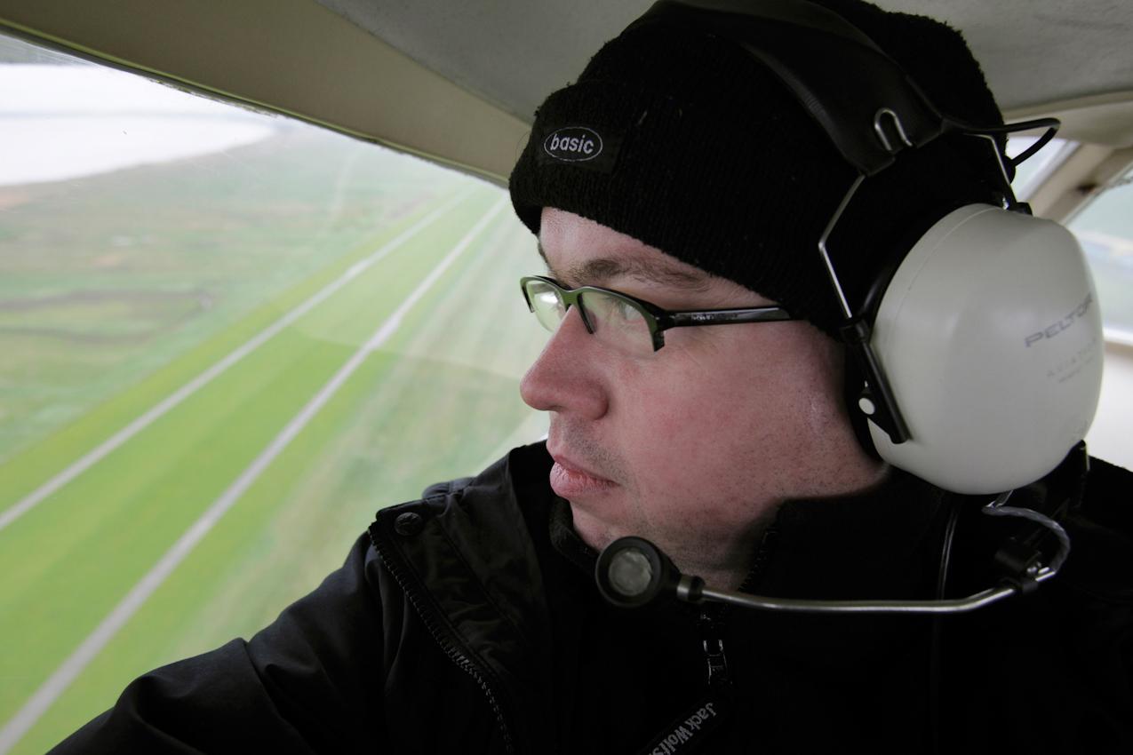 Wilhelmshaven, Niedersachsen, DEU, 07.05.2010, Der Fotograf Andreas Burmann fliegt in einem Flugzeug ueber den JadeWeserPort - Deutschlands groesster Wasserbaustelle.
