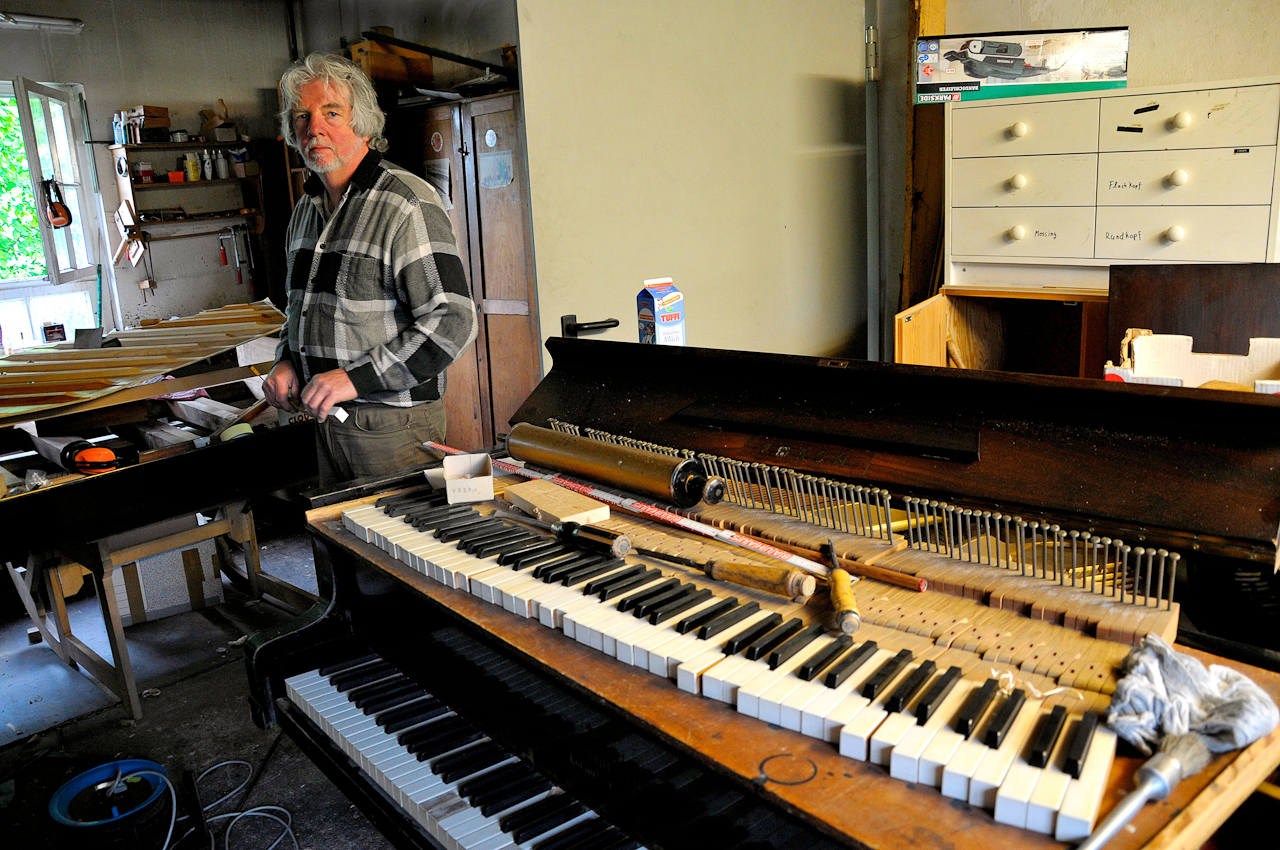 Wiederbelebungsversuche fur ein altes Klavier. Roland Kerkhoff arbeitet in der Emmericher Klavierwerkstatt Tesch + May