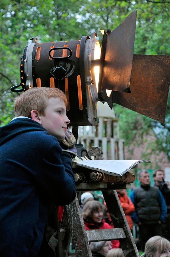 """Jugend macht Musical. Auf der Waldbühne des Klever Abenteuerspielplatzes ,,Robinson"""" wird Marchenhaftes inszeniert. Erster Beleuchter: Felix Smola."""