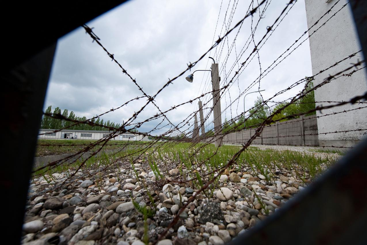 Am 2. Mai 1945 wurde das KZ Dachau von amerikanischen Truppen befreit. Der Förderverein fur internationale Jugendbegegnung und Gedenkstättenarbeit e.V. organisiert jedes Jahr den Besuch ehemaliger KZ-Häftlinge in Dachau.  Stacheldraht-Verhau Todesstreifen.
