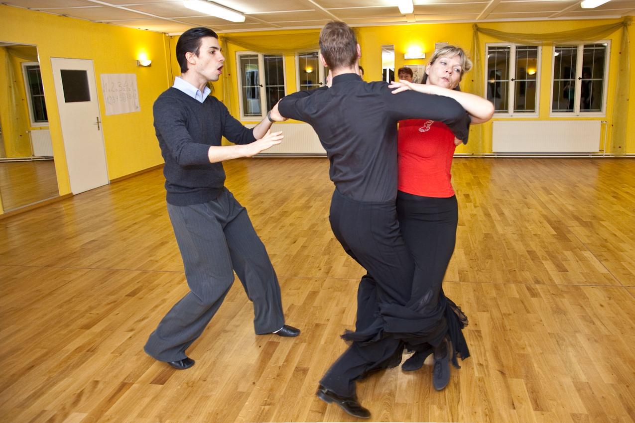 """Beim abendlichen Training im Tanzclub Bernau im Schönfelder Weg 31 bereiten sich die Tanzpaare unter Anleitung ihres  """"Trainer B""""  Michael Wenger  auf ihre nächsten Turnierwettkämpfe vor. Hier der Trainer bei der Arbeit mit dem """"S-Klasse""""-Tanzpaar Judith und Rainer Rasper."""