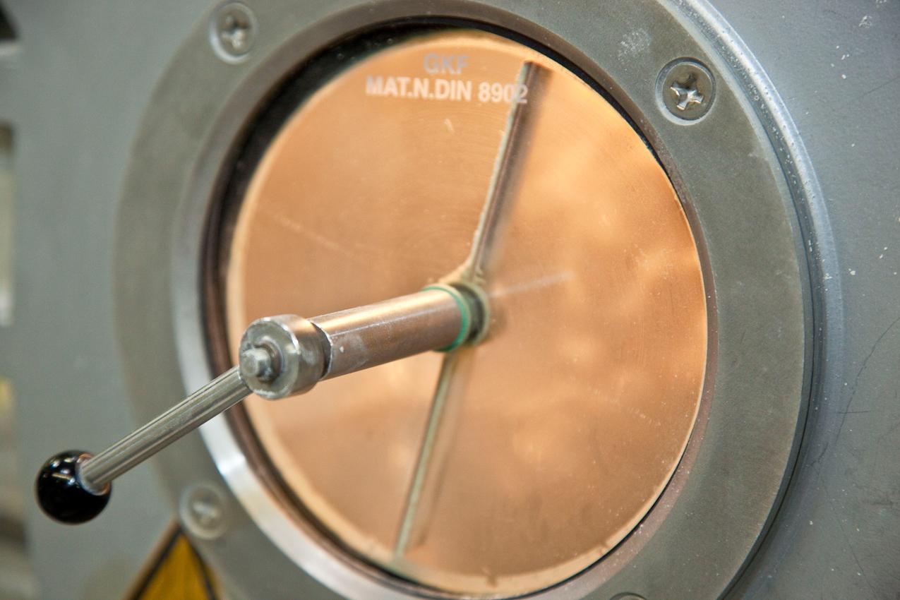 Das Produktionsunternehmen BEGRA GmbH ist führender Anbieter auf dem Gebiet von PVC-Granulaten und Dryblends. Diese werden als Ausgangsmaterial fur die Herstellung verschiedenster Industrie- und Konsumprodukte benötigt. Das Berliner Werk im Stadtteil Reinickendorf unter der Leitung von Dipl.-Ing.Andreas Klamt produziert seit 1972 mit größter Flexibilitat und absoluter Termintreue. Einblick in eine Granuliermaschine. 13407 Berlin-Reinickendorf, Werkteil Berlin der BEGRA GmbH