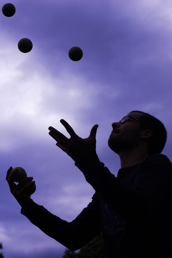 Robin Püchel (28) ?bt am 7. Mai 2010 das Jonglieren im Alaunpark in Dresden. Der Park im alternativen Szeneviertel Neustadt ist vor allem bei schönem Wetter Treffpunkt für viele Dresdner, die dort Grillen oder ihren Sportarten nachgehen. Püchel jongliert seit rund zwei Jahren.