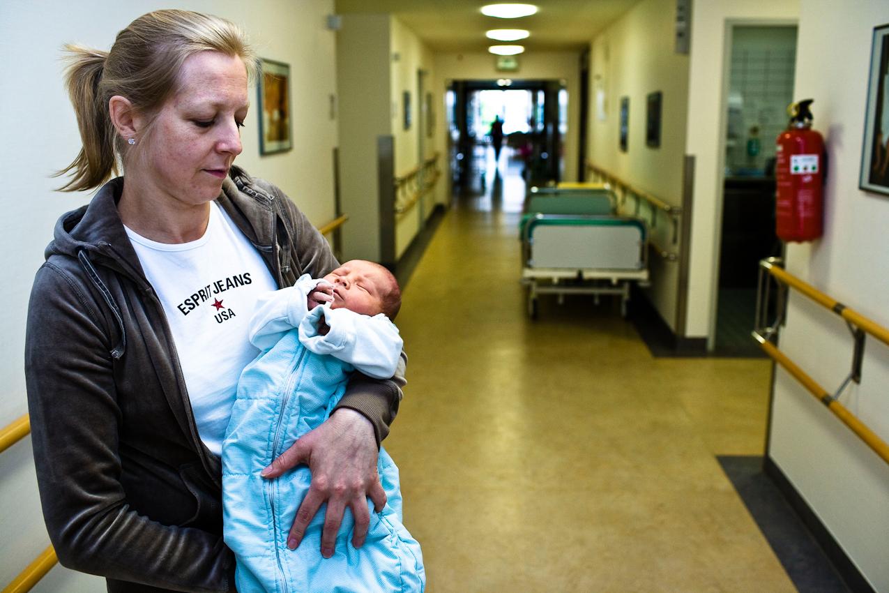 """""""Freude über einen gesunden Jungen"""" Eine Frau, die anonym bleiben möchte, mit ihrem 5 Tage jungen Kind, das Sie in der  Universitätsklinikum Essen gesund zur Welt gebracht hat."""