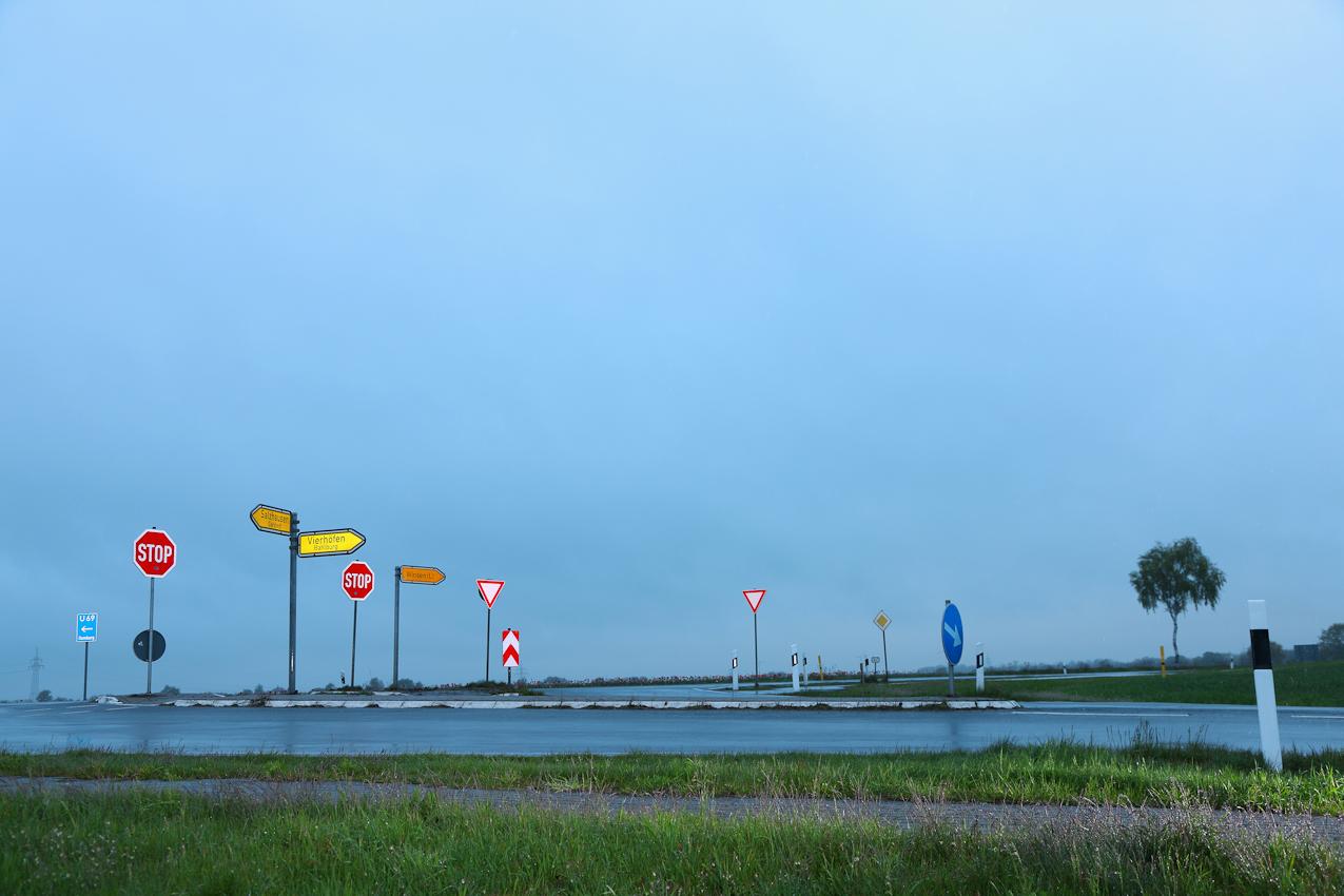 <p>Winsen/Luhe, Bahlburg, Pattensen, am 07.05.2010 Thema: 'Ein Tag Deutschland' Foto: Eine Kreuzung (L234 + K37) zwischen Bahlburg und Pattensen in Niedersachsen. Sonst nichts. Ein ganz normaler Ort - wie Tausende in Deutschland. Bildtext (BU): 53 Grad (Zeichen) 18,68 N - 10 Grad (Zeichen) 10,00 O - 17 Meter NN - 06:24 Uhr.</p>