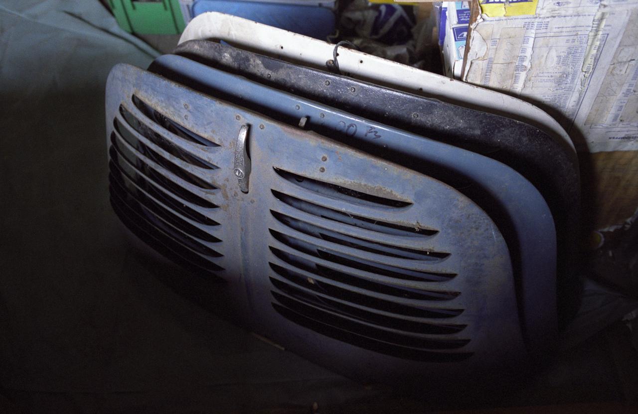 Verschiedene gebrauchte Motorhauben für den RENAULT 4 CV lagern als Ersatzteile auf einem Dachboden der ehemaligen  Nieverner Hütte.