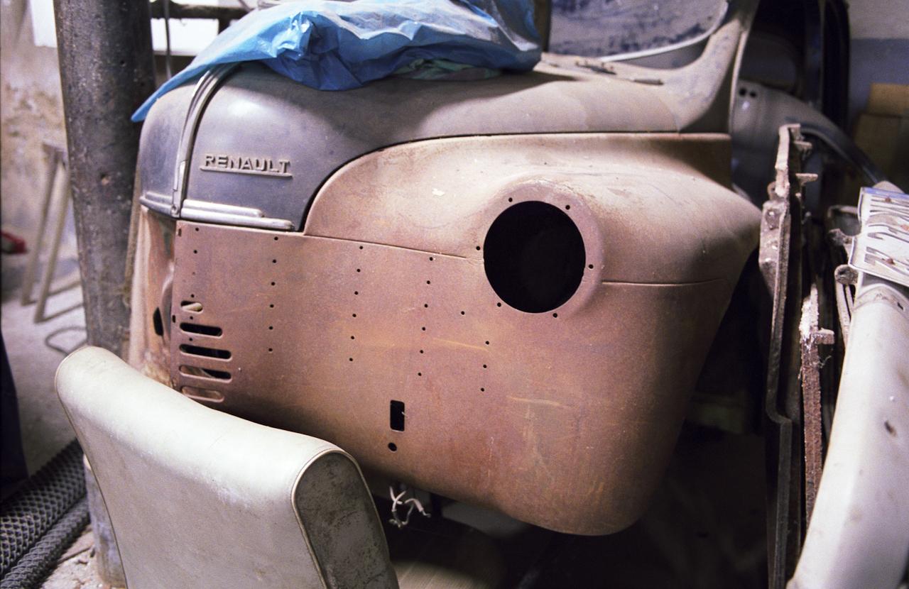 Die unrestaurierte Karosserie eines alten RENAULT 4 CV (Bj. 1950) steht in der Halle des Ersatzteillagers in der Nieverner Hütte.