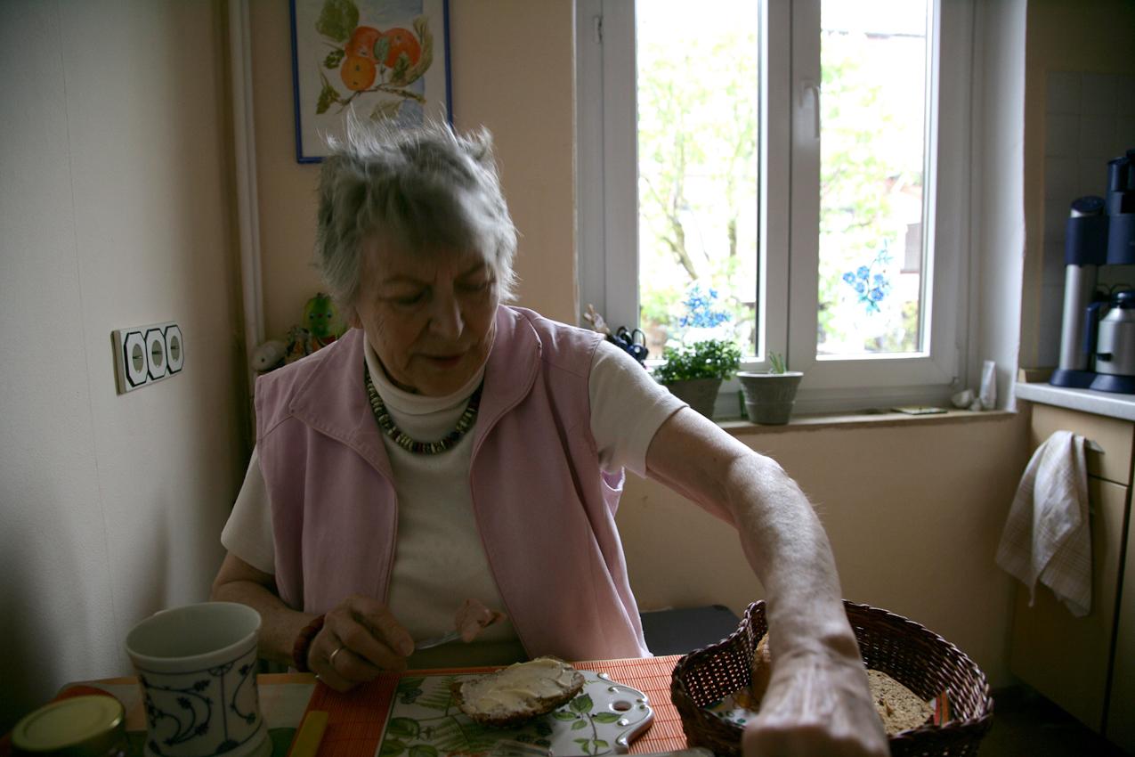 Elli ist 76 Jahre alt und lebt seit dem Tod ihres Mannes vor 17 Jahren alleine in ihrem Haus in Bremen. Beim Frühstuck liest sie gerne die Anzeigenzeitung, um zu erfahren, was am Tag in Bremen los ist.