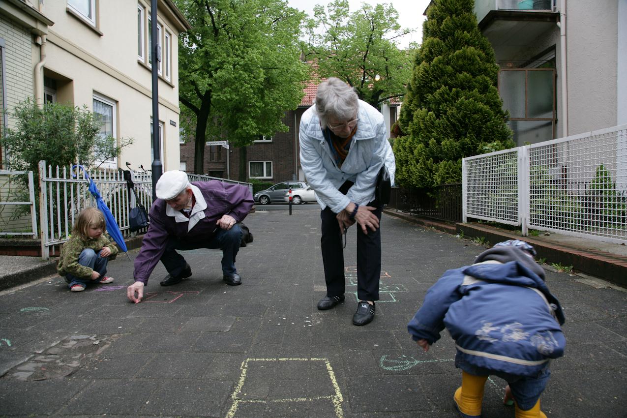 In der kleinen Straße im Bremer Stadtteil Walle, in der Elli lebt, ist immer etwas los. Oft werden die beiden von Kindern zum Malen oder Hupfkästchen-Springen eingeladen.