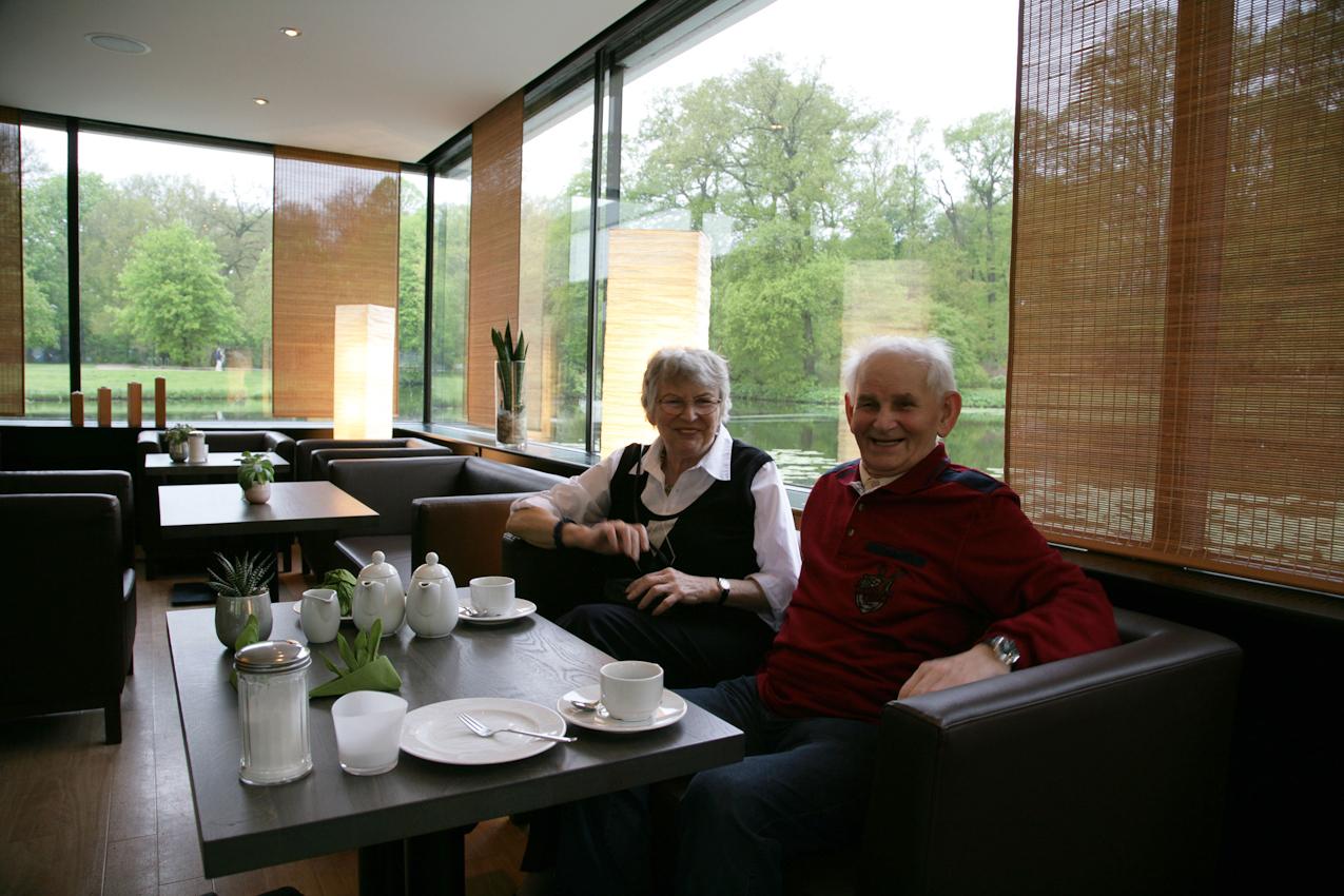 """Fur Elli und Gert war es ein schöner Nachmittag im Cafe """"Emma am See"""". Sie sind glücklich, dass sie sich vor 15 Jahren gefunden haben. Den Brautschuh vor ihnen auf dem Tischwird sich Elli aber in diesem Leben nicht mehr anziehen.  Die beiden werden als unverheiratetes Paar mit getrennten Wohnungen weiter gemeinsam das Leben genießen."""