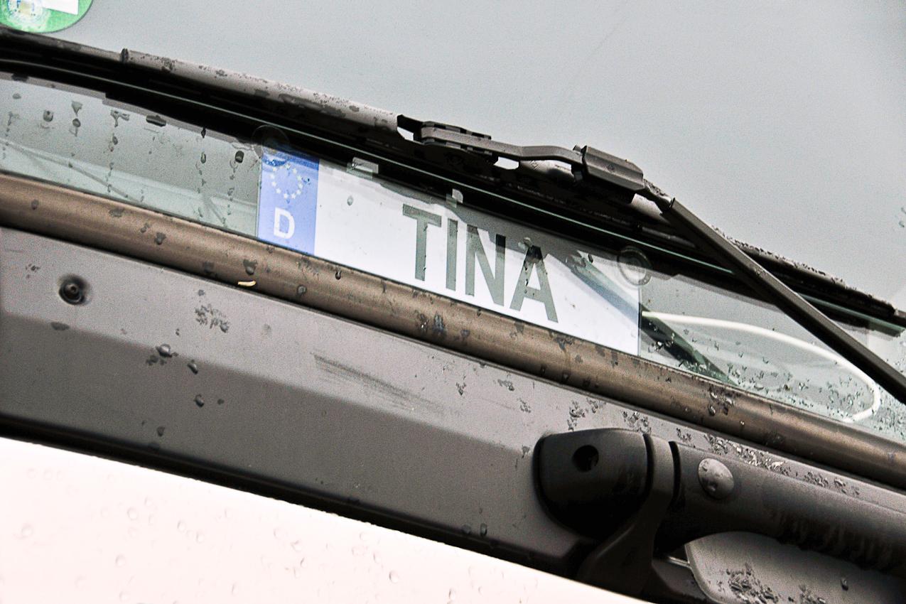 An der Beladestelle in Berlin-Reinickendorf am 07.05.2010 um 06:35 Uhr: Namensschild auf der Beifahrer-innen-seite eines LKWs.