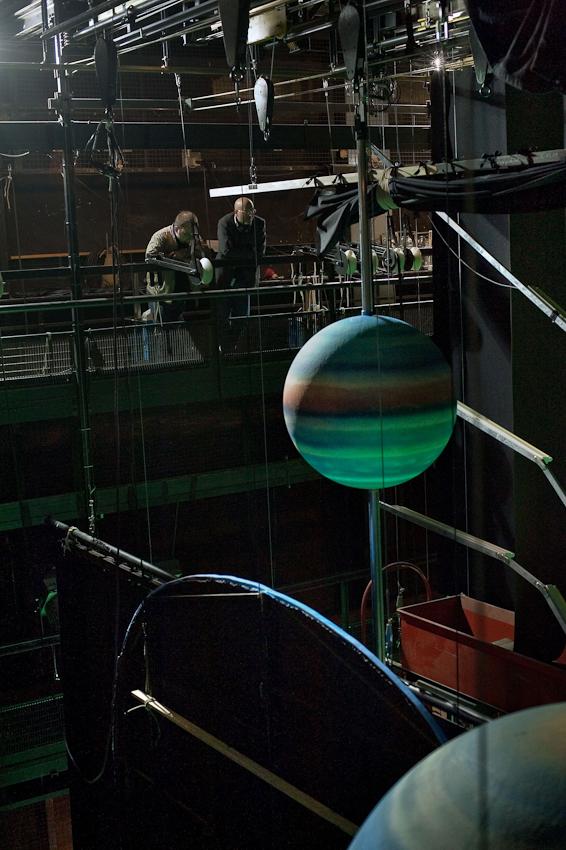 """Danilo Tepsa und Markus Scherer, Pressesprecher am Theater Koblenz, betrachten sich den  """"Olymp"""" unterm Theaterdach. Aus der Tiefe, von der Bühne, leuchtet das grüne Licht der """"Unterwelt"""" empor."""