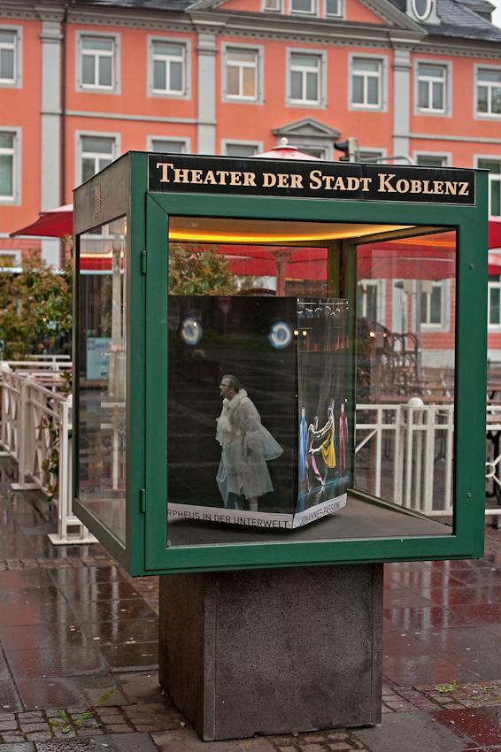Danilo Tepsa, alias John Styx, auf einem Theaterplakat von Matthias Baus, vor dem Theatereingang Koblenz.