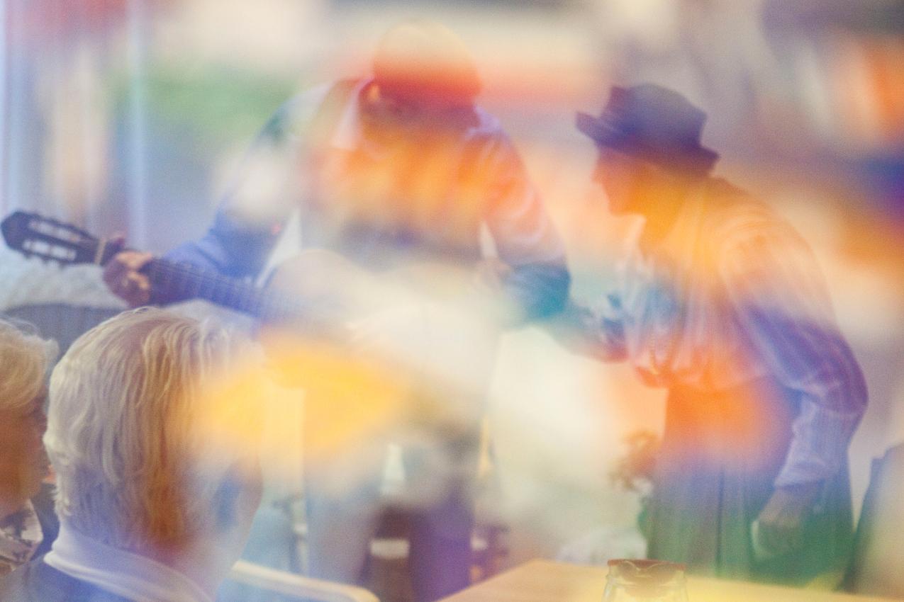 <p>Wahrend seines wöchentlichen Besuchs in der gerontopsychiatrischen Station des Seniorenzentrum Dr. Carl Kellinghusen in Hamburg geht der Musiktherapeut Jan Sonntag in einen musikalischen Dialog mit der Bewohnerin Erika Jaeger. Die Szene spiegelt sich in einem Gemälde-Kunstdruck. Der 37-jährige Therapeut beschäftigt sich seit einigen Jahren intensiv mit Zugangen zu Menschen mit Demenz, die Musik gilt hier als der Königsweg.</p>
