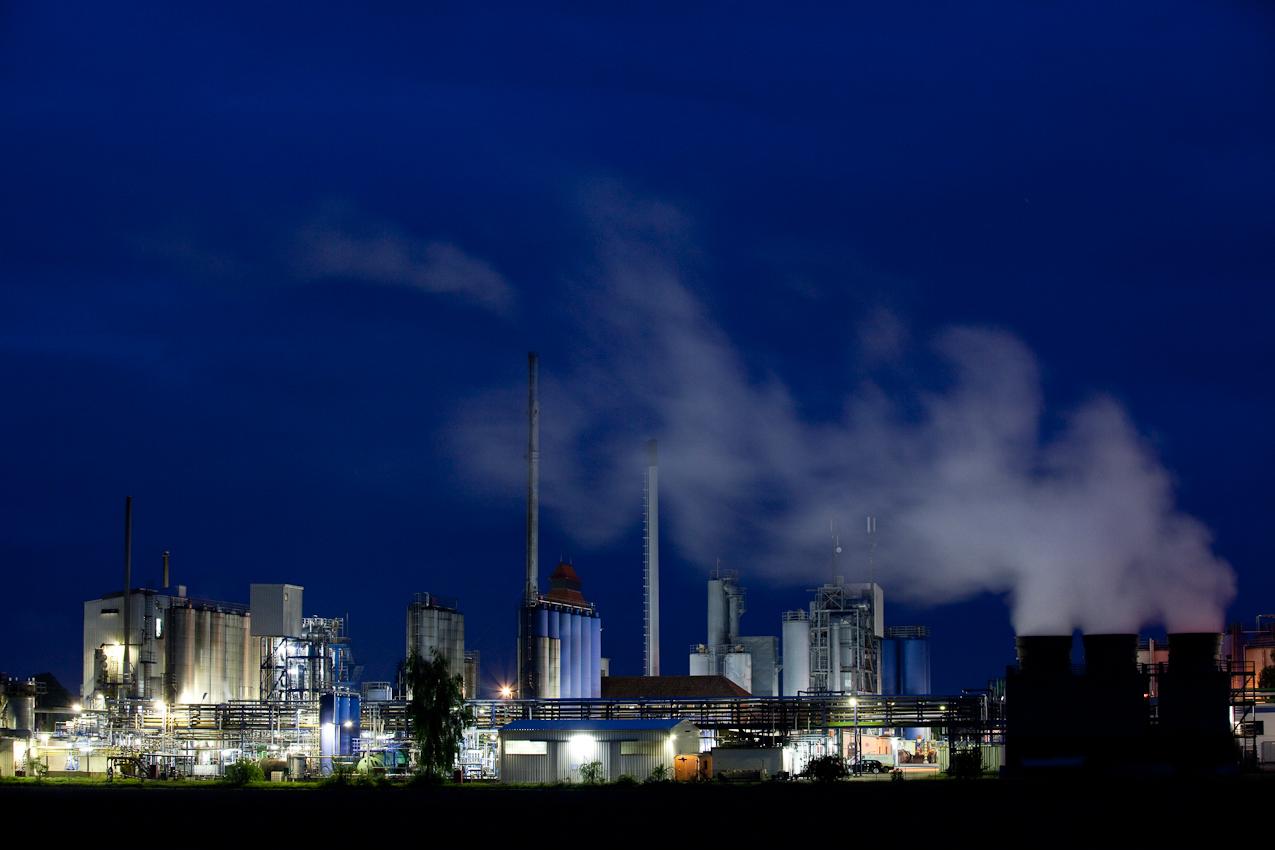 In dem rund 2400 Einwohner zählenden Dorf Dollbergen am östlichen Rand der Region Hannover steht Deutschlands einzige Raffinerie, die aus Altöl frisches Motorenöl herstellen kann, die Mineralöl-Raffinerie Dollbergen.