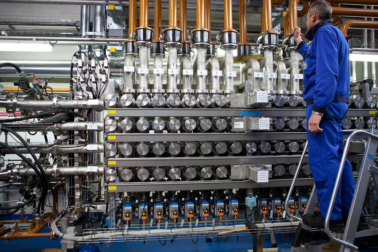 Bei der Abfullung werden zunächst die richtigen Rohrleitungen am Verteilungsregister freigeschaltet. Danach steuern die Techniker elektronisch das Mischungsverhaltnis der Produkte.