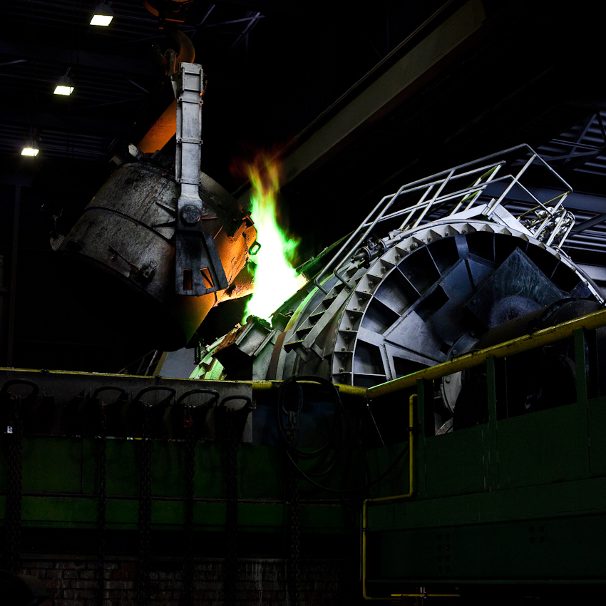 KME Germany ist einer der weltweit größten Hersteller von Erzeugnissen aus Kupfer und Kupferlegierungen. Das Werk in Osnabrück wurde 1873 als Draht- und Stiftfabrik Witte und Kämper in Osnabrück gegründet. Das Foto zeigt, wie flüssiges Kupfer aus dem Schmelztiegel zur Weiterverarbeitung zu Saulen umgefüllt wird. Die Aufnahme entstand am 7. Mai um 10.42 Uhr in der Gießerei der KME Germany in Osnabrück.