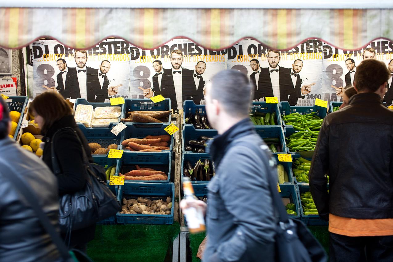"""Das Schanzenviertel in Hamburg ist wohl mit das angesagteste Quartier in Deutschland. Einst ein Refugium fur alternative Lebensformen und Ort autonomer politischer Organisation hat es sich mittels staatlicher Umstrukturierungsprogramme zum Ausgeh- und Shopping Paradies entwickelt. Wer heut zu Tage etwas auf sich hält, geht in """"Die Schanze"""". Eines der ältesten türkischen Gemüsegeschafte im Schanzenviertel befindet sich in der Susannenstraße. Hier lügt schon der nächtliche Trubel hinter den Auslagen her."""