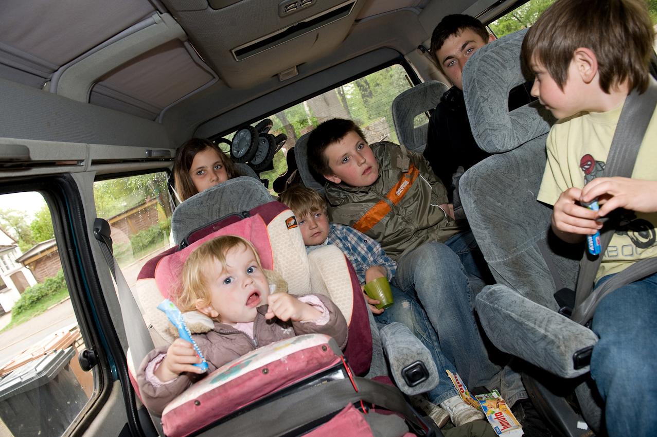 Steffi fährt die Kinder jeden Morgen mit dem Auto zum Kindergarten und zur Schule und holt sie mittags wieder ab.