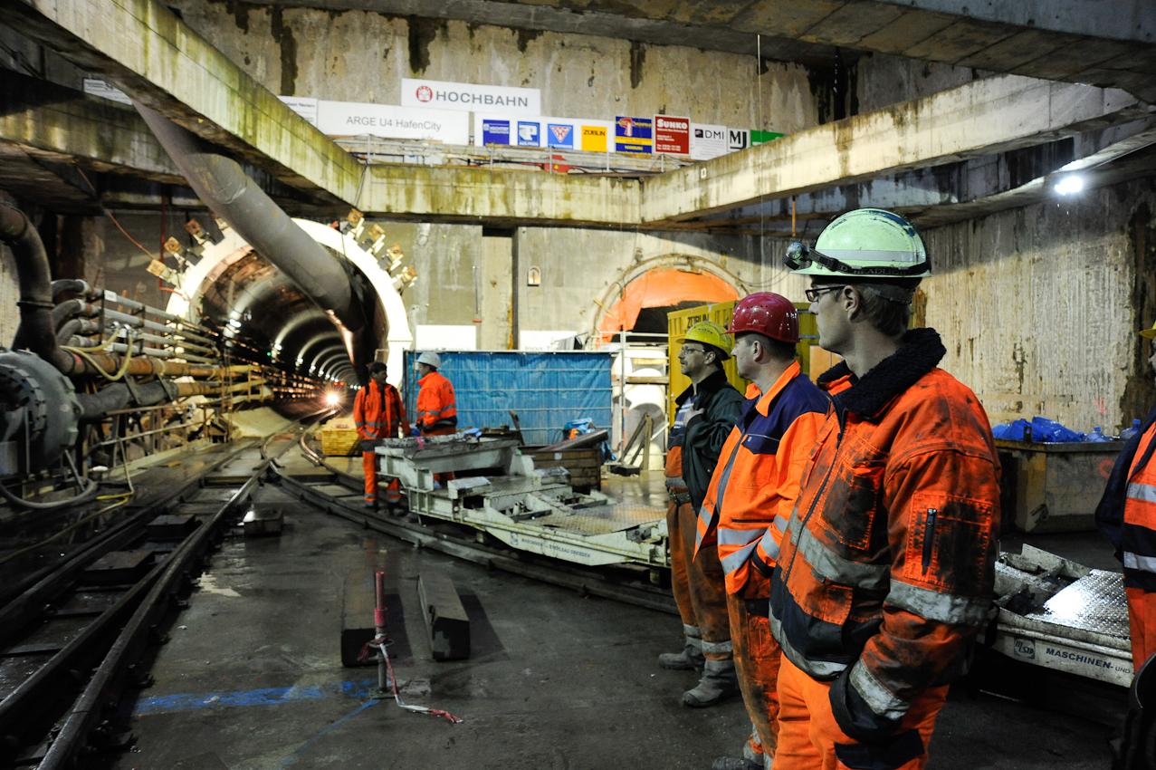 Baustelle der neuen U-Bahnlinie U4 in die Hafencity Hamburg. Mineure bauen mit Hilfe der Schildvortriebsmaschine (V.E.R.A. von der Elbe Richtung Alster) den 682. Tubbingring im Inga-Tunnel II ein. Schichtbeginn 5:30 Uhr im Startschacht Hafencity. Die Männer warten auf den Zug, der sie zu VERA bringt, die ungefähr einen Kilometer Tunnelbau geschafft hat.