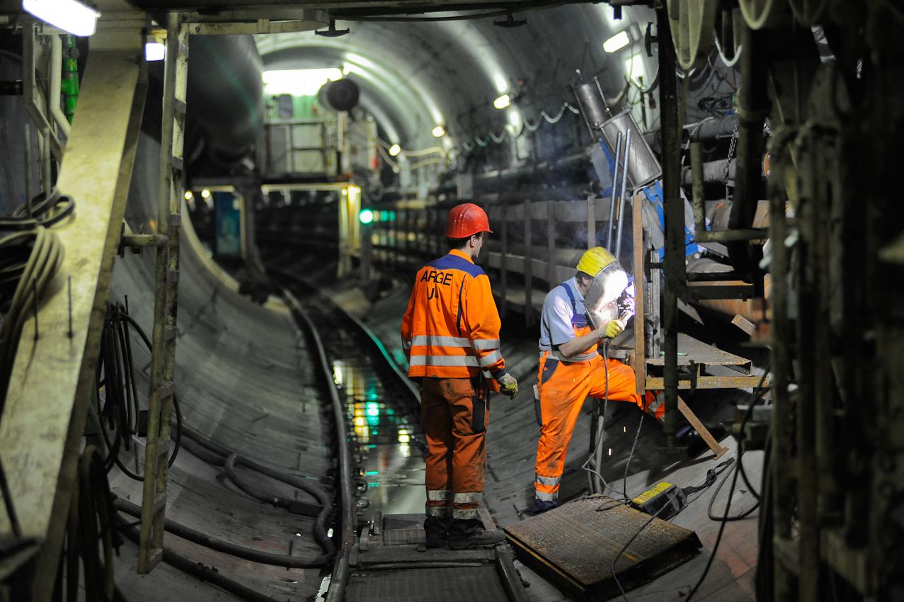 Baustelle der neuen U-Bahnlinie U4 in die Hafencity Hamburg. Mineure bauen mit Hilfe der Schildvortriebsmaschine (V.E.R.A. von der Elbe Richtung Alster) den 682. Tubbingring im Inga-Tunnel II ein. Schichtbeginn 5:30 Uhr im Startschacht Hafencity. Hinter den Nachlaufern der Maschine werden Rohre und Stege, immer wieder verlängert.