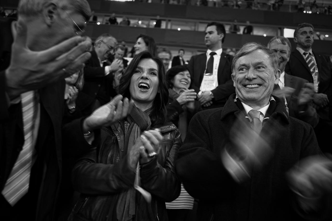 Lustig: In der zweiten Pause verkünden die Veranstalter einen neuen Zuschauer-Weltrekord: 75.000 Fans sind in die Arena auf Schalke gekommen. Kati Witt und der Bundespräsident freuen sich.