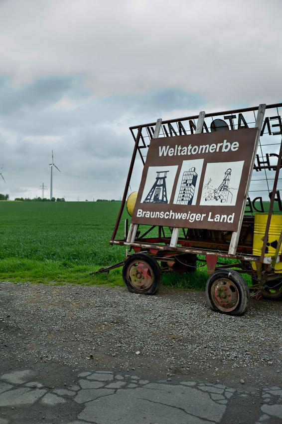 Der Schacht Konrad ist ein stillgelegtes Eisenerz-Bergwerk im Stadtgebiet Salzgitter zwischen den Stadtteilen Bleckenstedt und Sauingen. Das Berwerk wird zur Zeit, zum Atom-Müll Endlager umgebaut. Direkt vor dem Eingang steht ein Proteststreitwagen der Atomkraft Gegener.