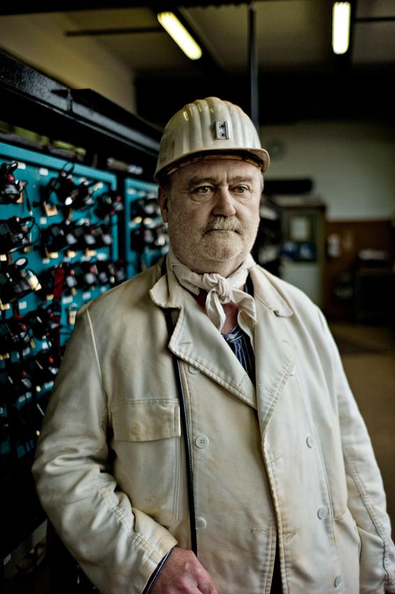 Bergmann kurz vor der Einfahrt zur Mittagsschicht in den Schacht . Er wird heute Elektroarbeiten verrichten.