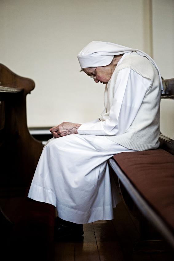 Heitersheim, 07.05.2010, 18:26 Uhr, Orden der Barmherzigen Schwestern vom HL. Vinzenz von Paul. Schwester betet bei der abendlichen Vesper (das kirchliche Abendlob)